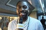 Lázaro Ramos vira repórter por um dia e entrevista cantor angolano