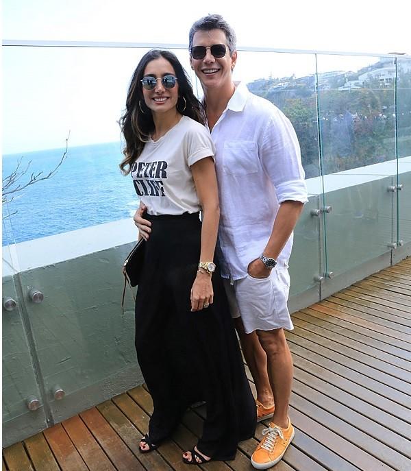 Márcio Garcia e a mulher, Andréa Natal, desfrutaram da belíssima vista do clube no Joá, onde foi inaugurada a Casa da Itália (Foto: Murillo Tinoco)