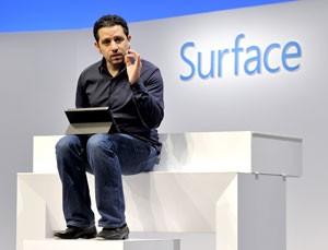 Panos Panay, vice-presidente de Surface na Microsoft, mostra a nova inclinação do tablet com suporte aberto, permitindo usá-lo no colo (Foto: Timothy Clary/AFP)