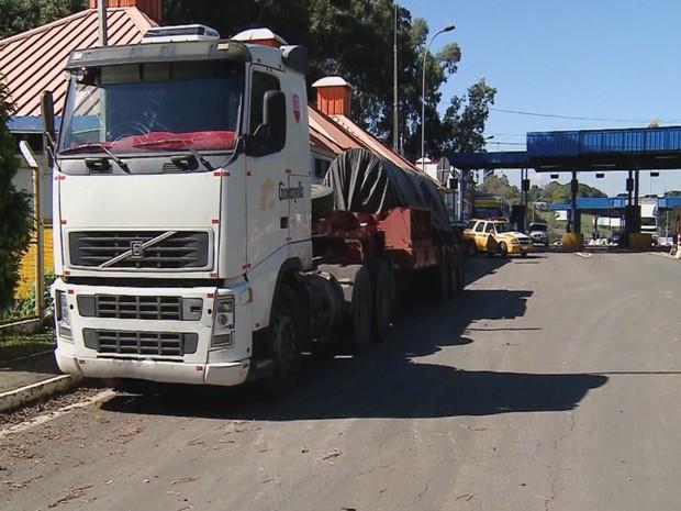 Caminhão apreensão RBS Notícias freeway Farroupilha (Foto: Reprodução/RBS TV)
