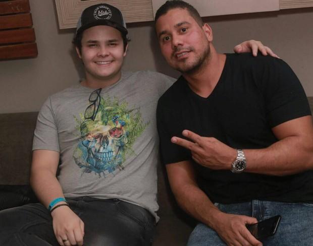 Matheus posa ao lado do empresário Leandro Souza (Foto: Marcos Macedo/ Palmer Assessoria de Comunicação)