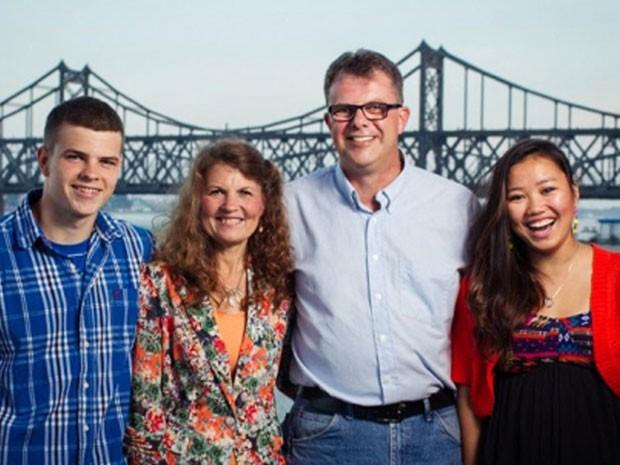 O casal Julia e Kevin Garratt (ao centro) é investigado pelo governo chinês por suspeita de espionagem (Foto: Simeon Garratt/Arquivo pessoal/AFP)