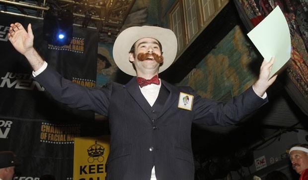 Devon Holcombe ganhou a medalha de ouro na categoria bigode natural (Foto: Susan Poag/AP)