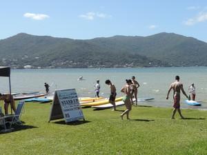 Lagoa é um dos locais mais procurados para o stand up paddle (Foto: Valéria Martins/G1)