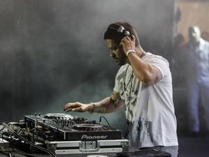 DJ Mau Mau comanda a balada após o fim da apresentação das bandas no palco da Avenida Paulista (Foto: Vagner Campos/G1)