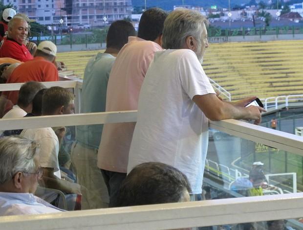 eurico miranda, sentado, e josé luiz moreira, ex-dirigente do vasco e atual cartola do olaria, no jogo com o flamengo em volta redonda (Foto: Janir Junior)