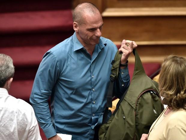 O ex-ministro das Finanças da Grécia, Yanis Varoufakis, deixa a o Parlamento após a aprovação das exigências dos credores. Ele foi um dos que votaram contra o acordo. (Foto: Aris Messinis / AFP)