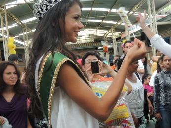 Miss distribuiu pirulitos para as crianças (Foto: Tatiana Lopes/G1)