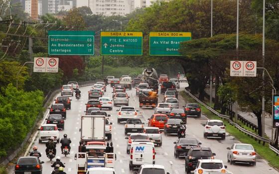 A redução dos limites de velocidade em São Paulo dá argumentos aos críticos da 'indústria das multas' (Foto: Fotoarena)