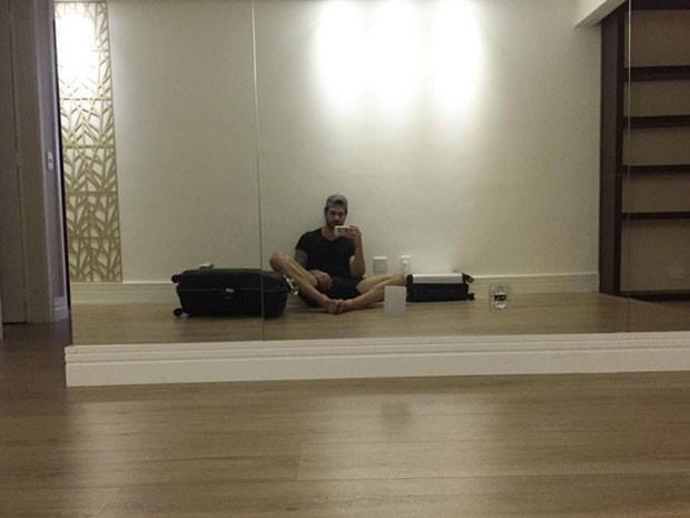 Ex-BBB Rodrigão posa na sala de sua antiga casa no Rio (Foto: Instagram/ Reprodução)