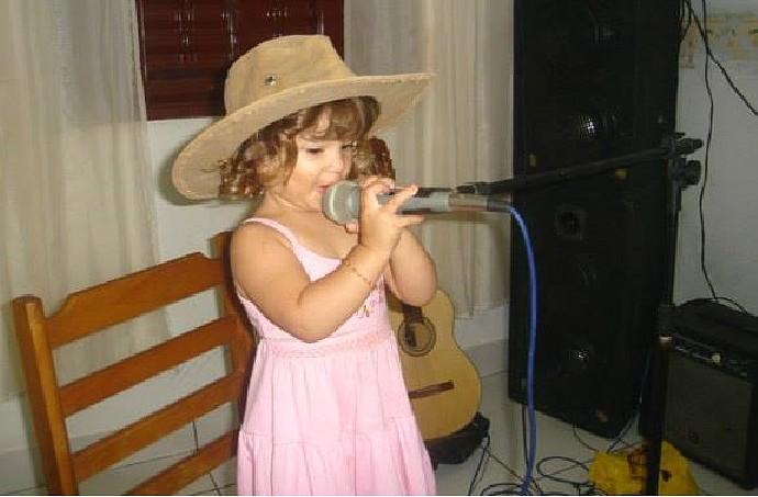 Kaliny já mostrava seu gosto pela música desde os três aninhos (Foto: arquivo pessoal)