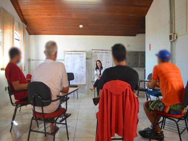Pacientes submetidos ao tratamento com a iboga fazem terapia em Paulínia (Foto: Carlos Alciati Neto/G1 Campinas))