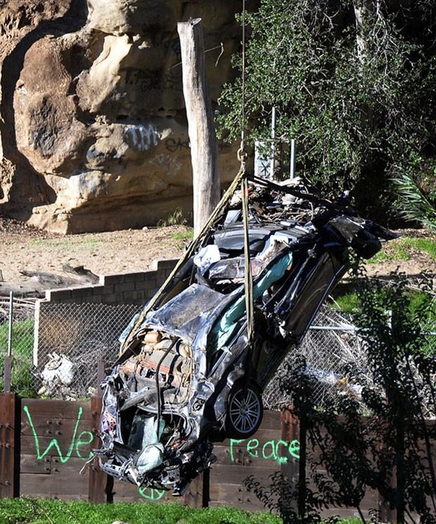 Carro é içado após acidente que matou duas pessoas neste domingo (25) em Los Angeles, nos EUA (Foto: Los Angeles Daily News, Hans Gutknecht/AP)