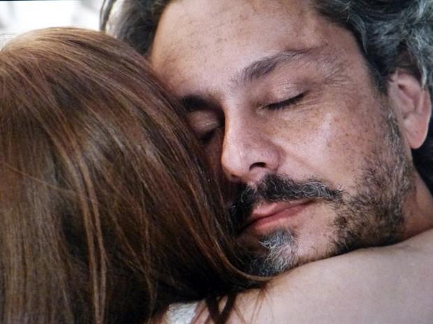 O casal se abraça (Foto: Gshow)