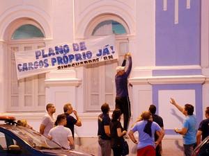 Guardas desocupam prefeitura de Natal após ordem de reintegração de posse (Foto: Marco Polo)
