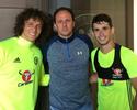 Rogério Ceni faz visita ao CT do Chelsea e é tietado por Oscar e David Luiz