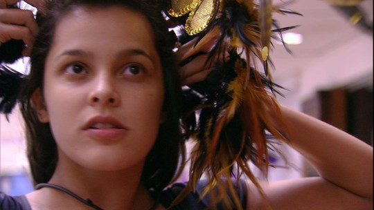 Emilly experimenta adereço da festa Rio de Janeiro