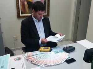 Investigadores recolheram 40 faturas de energia elétrica na casa do suspeito (Foto: Ronie Cruz/G1 MS)