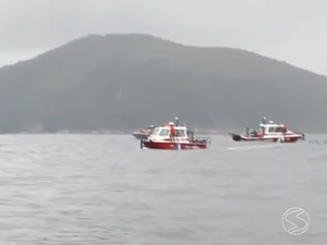 Lanchas do Corpo de Bombeiros participam das buscas no mar de Angra (Foto: Reprodução/TV Rio Sul)