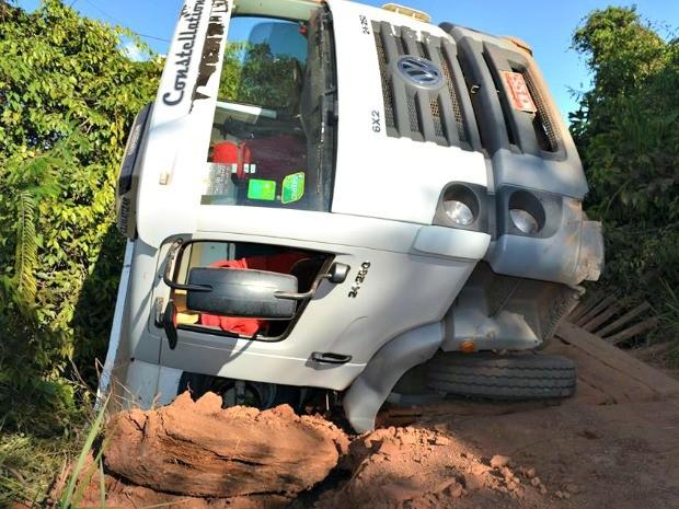Caminhão caiu após ponte ceder (Foto: Nilson Antônio Luz Júnior/Arquivo Pessoal)