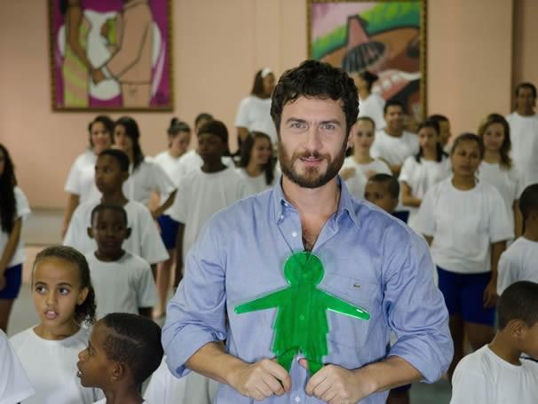 Gabriel Braga Nunes com as crianças do Projeto Pacificarte, do Cetro Cultural Cartola, em vídeo de prestação de contas do Criança Esperança (Foto: Divulgação TV Globo/ Kiko Cabral)