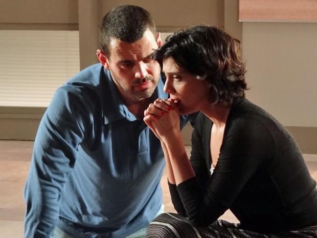 Fernando tenta falar com Miriam, mas não tem sucesso (Foto: Amor Eterno Amor/TV Globo)