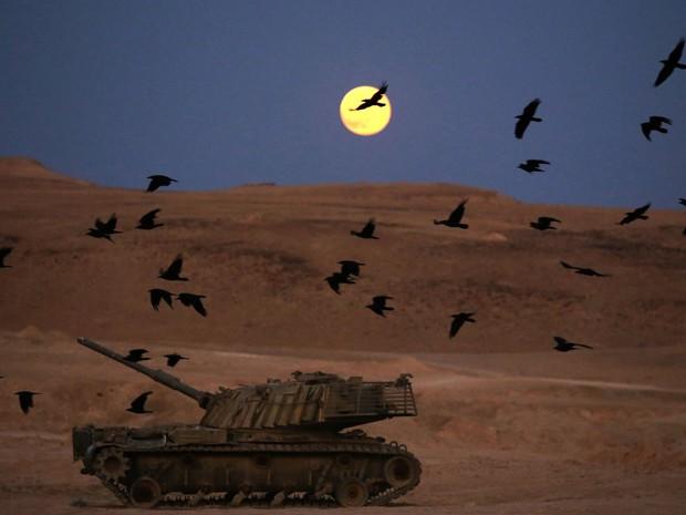 Foto mostra a superlua em parte do território da Cisjordânia ocupada por Israel. (Foto: Menahem Kahana/AFP)