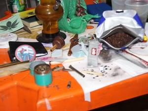 No bar foram aprendidas porções de maconha e bitucas de cigarros da mesma droga. (Foto: Divulgação/Denarc)