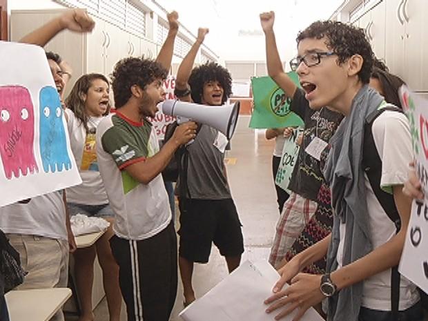 Estudantes protestam dentro do instituto contra a Pec 241 (Foto: Reprodução/Inter TV)