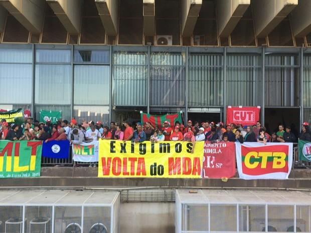 Representantes de movimentos de trabalhadores do campo expõem faixas durante invasão à sede do Incra, em Brasília (Foto: Alexandre Bastos/G1)
