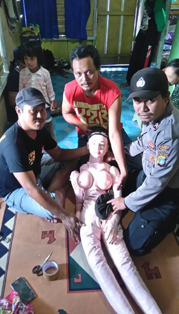 Moradores acreditaram que o objeto era um 'anjo' que caiu do céu (Foto: Indonesian Police/AFP)
