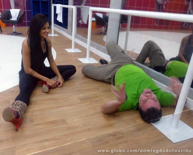Adriano Garib se deita e conversa com Aline Riscado (Foto: Domingão do Faustão / TV Globo)