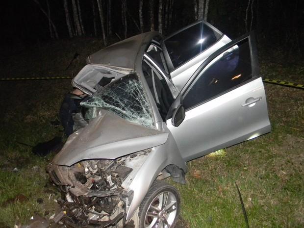 Veículo ficou parcialmente destruído (Foto: PRF/Divulgação)