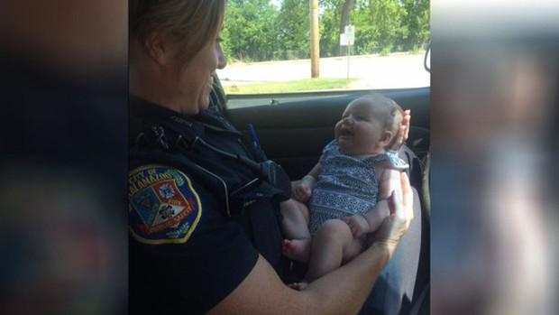 Policial acalma bebê de mãe que ficou sem gasolina (Foto: Reprodução)