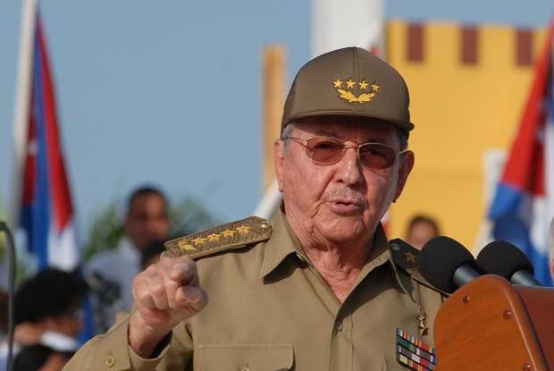 O presidente de Cuba, Raúl Castro, discursa nesta quinta-feira (26) na província de Guantánamo (Foto: AFP)
