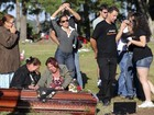 Amigos dançam durante enterro em homenagem à vítima do incêndio