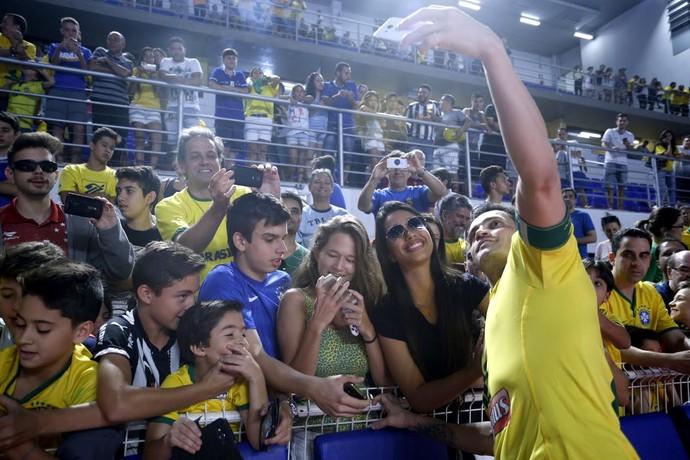 Falcão faz a festa da torcida depois do amistoso contra o Uruguai (Foto: Orlando Bento/MTC)