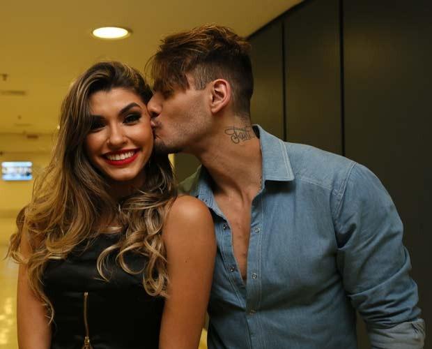 Lucas Lucco dá beijinho em bailarinha Ana Paula Guedes (Foto: Carol Caminha/ Gshow)