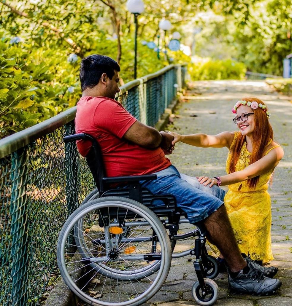Ele sofreu o acidente em 2015 e, desde então, perdeu os movimentos das pernas (Foto: Arquivo pessoal/Jéssica Luíza Gonçalves)