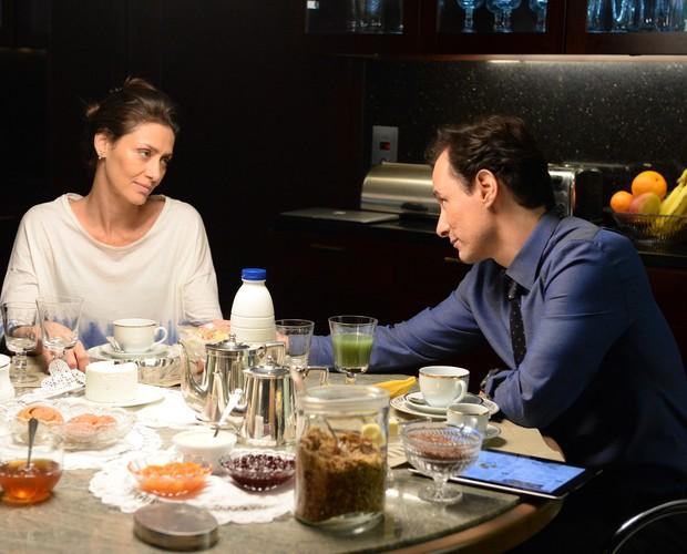 Cláudio e Marília conversam sobre relação (Foto: Zé Paulo Cardeal / TV Globo)