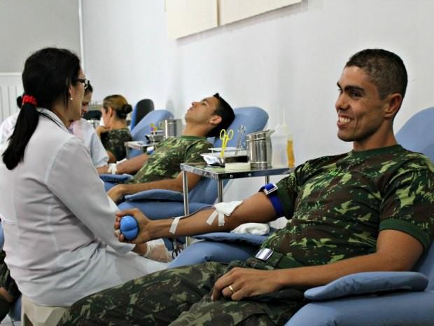 Militares participaram da doação de sangue (Foto: Halex Frederic/G1)
