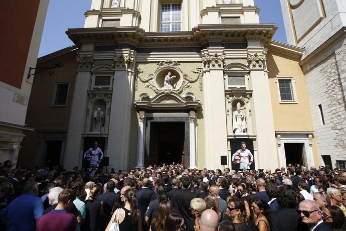 Fãs, amigos, pilotos e familiares acompanham funeral de Jules Bianchi em Nice, França (Foto: AFP)