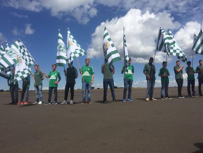 Adolescentes balançam bandeiras do Atlético Nacional (Foto: Janir Júnior)