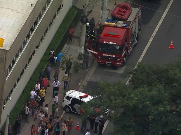 Bombeiros e Polícia Militar são acionadas para atender ocorrência no Fórum do Butantã, em São Paulo (Foto: Reprodução TV Globo)