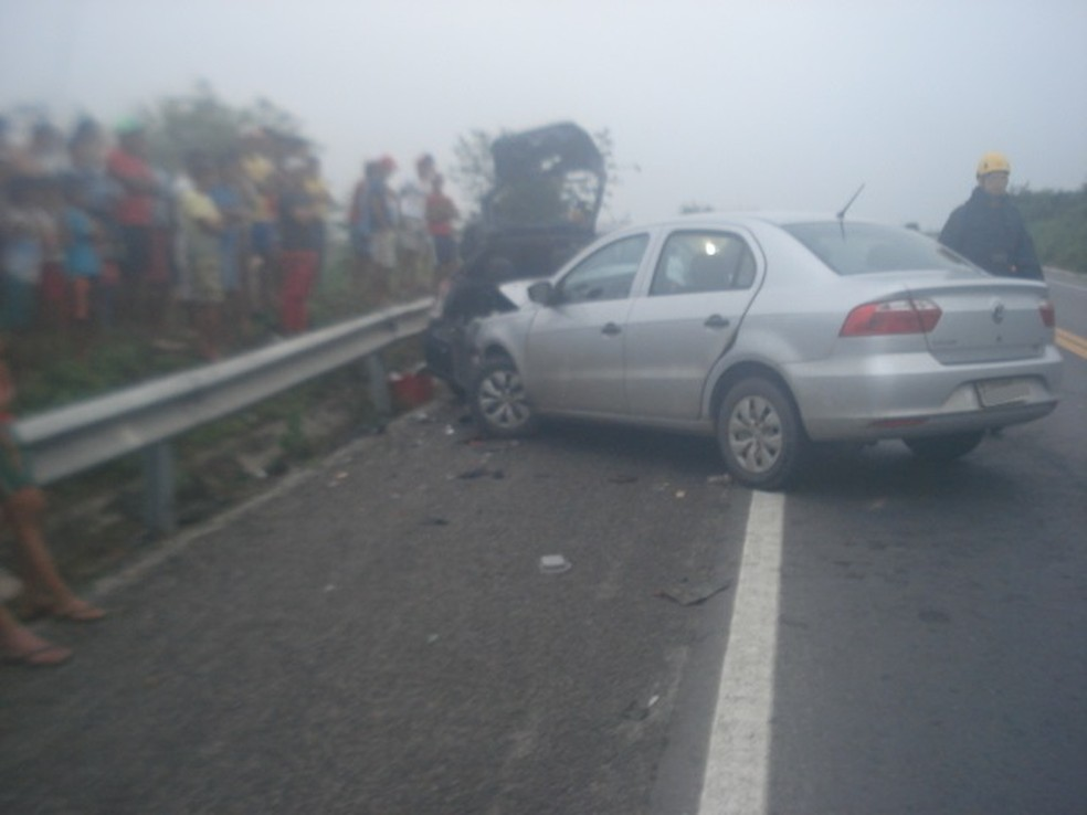 Um dos veículos invadiu a contramão da rodovia (Foto: Divulgação/PRF)