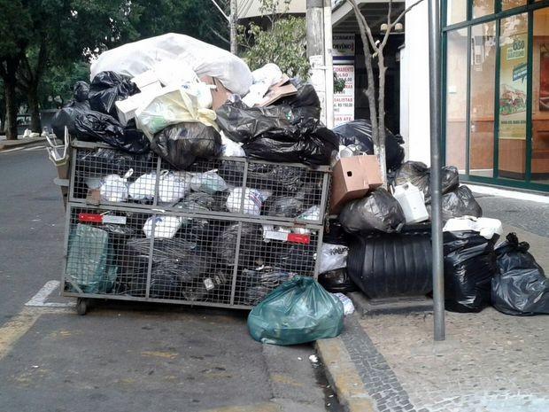 Lixo greve garis Piracicaba (Foto: Claudia Assencio/G1)