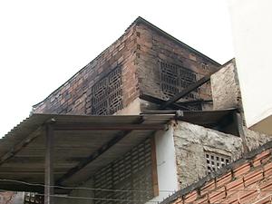 Casa atingida por incêndio em Caruaru (Foto: Reprodução/ TV Asa Branca)