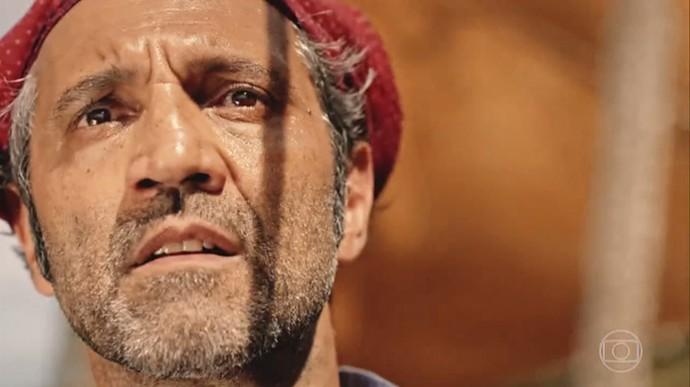 Santo percebe Tereza vindo em sua direção e deve decidir se continua seu caminho (Foto: TV Globo)