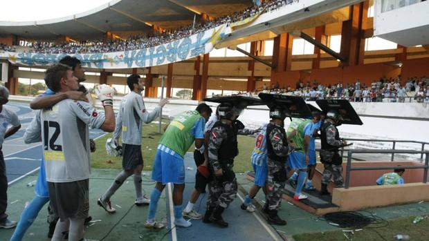 Revoltada com empate, torcida jogou objetos nos jogadores do Paysandu (Foto: Marcelo Seabra/O Liberal)
