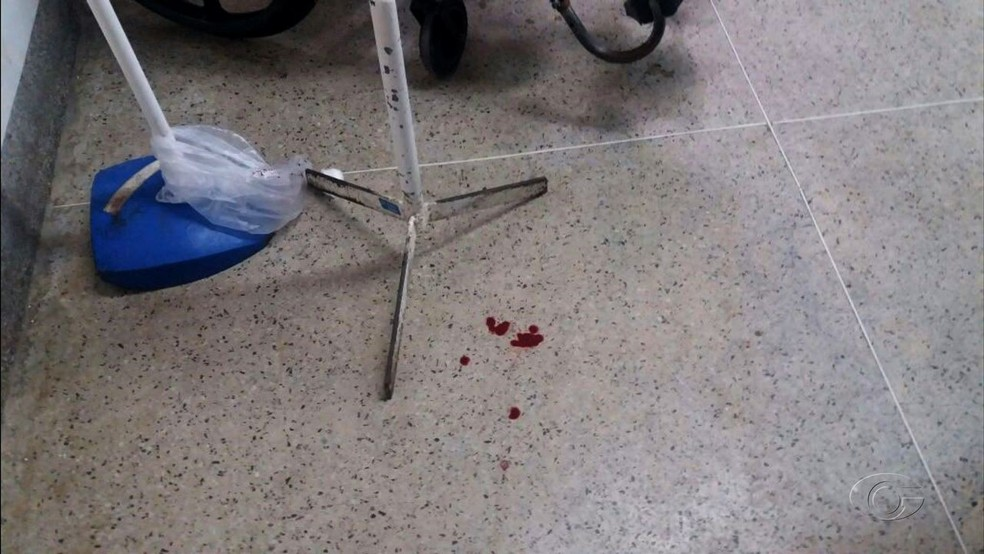 Fiscalização também encontrou sangue no chão de área comum do HGE (Foto: Reprodução/TV Gazeta)